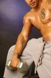 Macho do tatuagem com peso Imagem de Stock Royalty Free