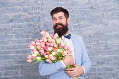 Macho dostaje gotowa romantyczna data Czeka? na kotu? Tulipany dla sympatii E fotografia royalty free