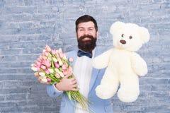 Macho dostaje gotowa romantyczna data Mężczyzna odzieży smokingu łęku krawata błękitny chwyt kwitnie bukiet Międzynarodowy kobiet obrazy royalty free