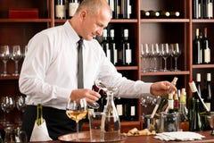 Macho feliz do empregado de mesa da barra de vinho no restaurante Fotografia de Stock Royalty Free