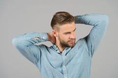 Macho im blauen modernen Hemd, Mode Mann mit bärtigem Gesicht und dem blonden Haar, Haarschnitt Modeart und -tendenz der Männer P Lizenzfreie Stockfotos
