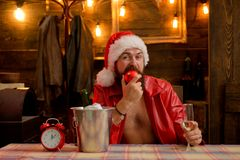Macho mężczyzna jest ubranym Santa odziewa M??czyzna z brod? urodzinowego torta karta ?wi?tuje imi? przygotowywaj?cego tam? g?rny zdjęcia royalty free