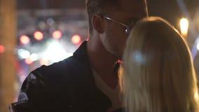 Macho mężczyzna tanczy w okularach przeciwsłonecznych, całuje pijącej blondynki dziewczyny, pickup przy klubu przyjęciem zbiory