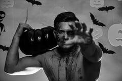 Macho med torso-, pumpa- och slagträgarneringar behandla trick arkivbilder