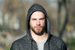 Macho met baard in kap op zonnige dag Het gebaarde toevallige sweatshirt van de mensenslijtage openlucht Manierkerel in modieuze  stock afbeelding