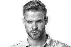 Macho mit ernstem Blick lokalisiert auf weißem Hintergrund Bärtiger Mann mit Bart auf unrasiertem Gesicht Bärtig und hübsch Lizenzfreie Stockbilder