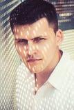 Macho mit Nettoschatten auf Gesichtshaut Modernes Hemd der Mannabnutzung am sonnigen Tag H?bscher Kerl mit dem stilvollen Haar im stockbilder