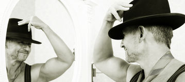 Macho muscolare in un cappello di feltro Immagine Stock