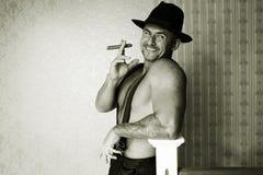 Macho muscular em um chapéu de feltro Fotografia de Stock Royalty Free