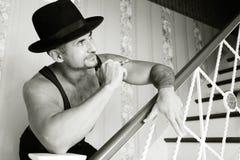 Macho muscular em um chapéu de feltro Fotografia de Stock