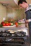 Macho na cozinha home Imagem de Stock Royalty Free