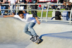 Macho novo do Latino que executa na paridade do skate Fotografia de Stock