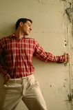 Macho novo na camisa de manta vermelha Imagens de Stock Royalty Free