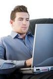 Macho que usa um portátil fotos de stock royalty free