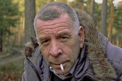 Macho Unshaven com cigarro Imagens de Stock Royalty Free