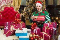 Macho w elfa kostiumu przygotowywa prezentów pudełka Zdjęcie Stock