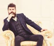 Machoattraktives und elegant auf ernstem Gesicht und durchdachtem Ausdruck Mann mit Bart und Schnurrbart, der klassischen Anzug t stockbilder