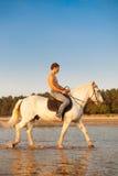 Machomann und Pferd auf dem Hintergrund des Himmels und des Wassers Jungenmodus stockfotos