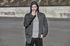 Machonotenbart am sonnigen Tag Bärtiges zufälliges Sweatshirt der Mannabnutzung im Freien Modekerl in der stilvollen Sportkleidun Lizenzfreies Stockbild