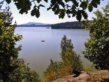 Machovo jezero, republika czech - august 19, 2012: Machovo jezero jezioro z łodziami w lata popołudniu w Machuv kraju regionie tu Obrazy Stock