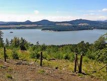 Machovo jezero, Tjeckien - august 12, 2012: sikt till den Machovo jezerosjön från den Borny kullen i sommareftermiddag i Machuv k Arkivfoto