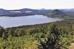 Machovo jezero, Tjeckien - august 12, 2012: sikt till den Machovo jezerosjön från den Borny kullen i sommareftermiddag i Machuv k Royaltyfri Bild