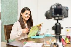 Macht den Blogger in Handarbeit, der ein Video notiert Lizenzfreies Stockbild