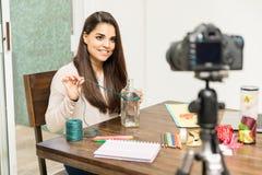 Macht den Blogger in Handarbeit, der an einem Projekt arbeitet Lizenzfreie Stockfotos