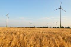 Macht die windturbines op roggegebied produceert Royalty-vrije Stock Afbeeldingen