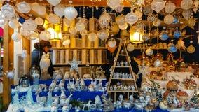 Macht Produkt für Verkauf am traditionellen Weihnachtsmarkt von Bozen in Alto Adige, Italien in Handarbeit stockfoto