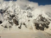 Macht van aard De echte reusachtige lawine komt uit een grote berg Stock Afbeelding