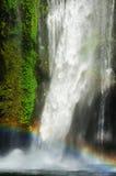 Macht van water (waterval en regenboog) Stock Afbeelding
