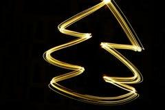 machte Weihnachtsbaum 2019 durch Licht stockbild