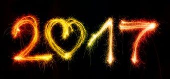 2017 machten durch Wunderkerzen auf schwarzem Hintergrund Stockfotografie