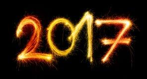 2017 machten durch Wunderkerzen auf schwarzem Hintergrund Stockfotos
