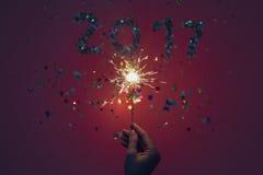 2017 machten von den Konfettis und von der Wunderkerze Stockfotografie