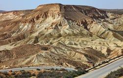 Machtesh Ramon - erosiekrater in de Negev-woestijn, het schilderachtigste natuurlijke oriëntatiepunt van Israël royalty-vrije stock afbeeldingen