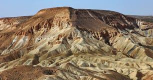 Machtesh Ramon - erosiekrater in de Negev-woestijn, het schilderachtigste natuurlijke oriëntatiepunt van Israël stock afbeeldingen