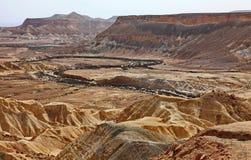 Machtesh Ramon - erosiekrater in de Negev-woestijn, het schilderachtigste natuurlijke oriëntatiepunt van Israël stock foto