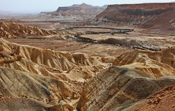 Machtesh Ramon - erosiekrater in de Negev-woestijn, het schilderachtigste natuurlijke oriëntatiepunt van Israël stock fotografie