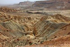 Machtesh Ramon - erosiekrater in de Negev-woestijn, het schilderachtigste natuurlijke oriëntatiepunt van Israël stock foto's