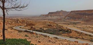 Machtesh Ramon - erosiekrater in de Negev-woestijn, het schilderachtigste natuurlijke oriëntatiepunt van Israël royalty-vrije stock afbeelding