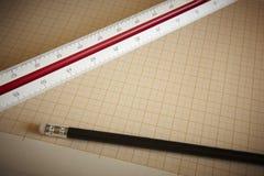 Machthaber und Bleistift mit Zeichenpapier mit Maßeinteilung Lizenzfreie Stockfotografie