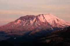 Machtige vulkaan bij zonsondergang stock foto
