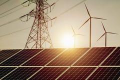 Machtkonzeptsonnenkollektor der sauberen Energie mit Windkraftanlage und Höhenspannung elektrisch lizenzfreies stockfoto