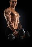 Machts atletische mens die omhoog spieren met domoor pompen Royalty-vrije Stock Foto