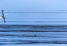 Machts elektrische lijn in blauwe hemel Stock Afbeeldingen