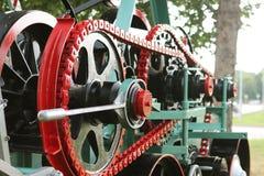 Machtseenheid met wielen, vliegwielen en ketting Landbouwmechanisme voor oogstverwerking Zware techniek De bouw van het metaal stock afbeeldingen