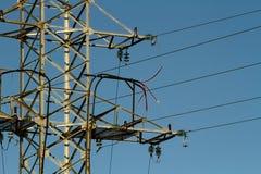 Machtslijn met hoog voltage tegen de blauwe hemel royalty-vrije stock afbeeldingen
