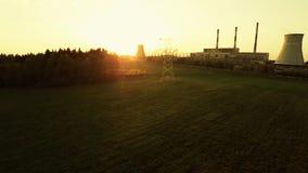 Machtslijnen bij zonsondergang Thermische elektrische centrale stock footage